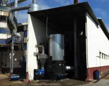 Vista de una caldera de biomasa recién instalada en una fábrica del mueble