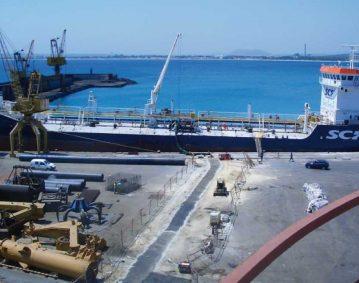 Línea de buque en puerto