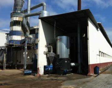 Vista de lejos de una caldera de biomasa recién instalada en fábrica